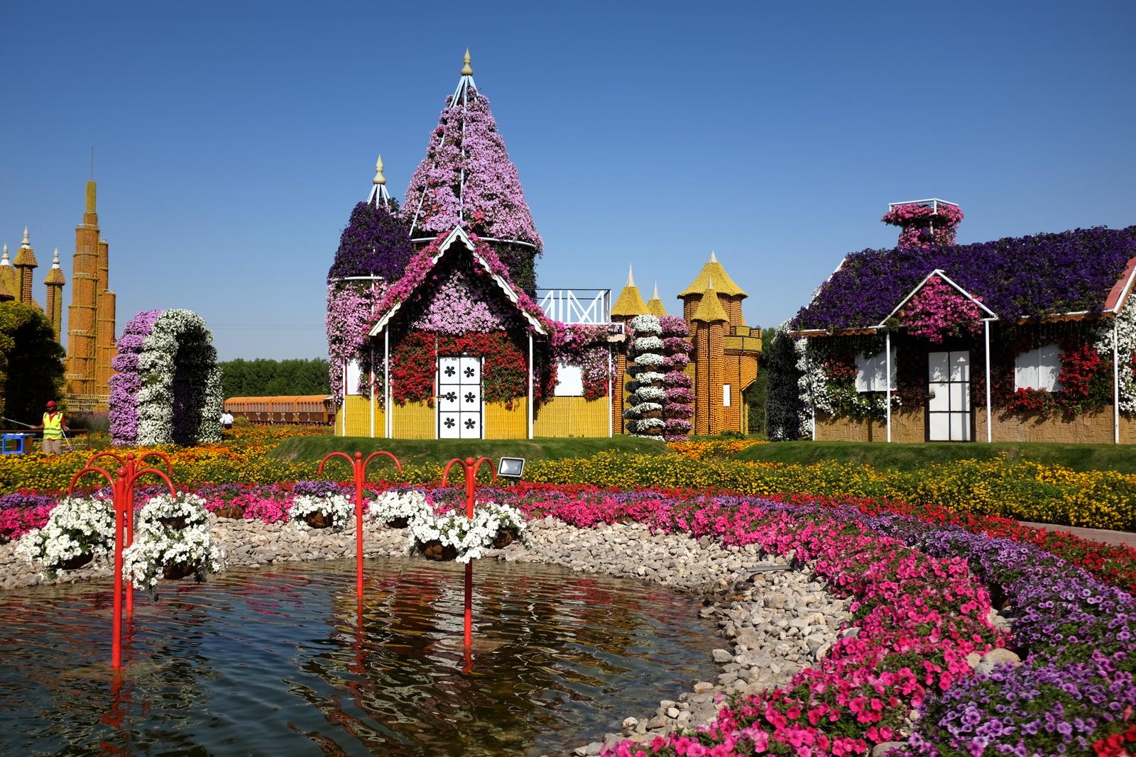 Dubai Miracle Garden - Houses and lake