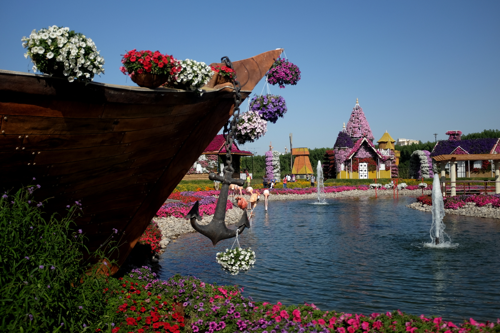 Dubai Miracle Garden - Anchor and lake