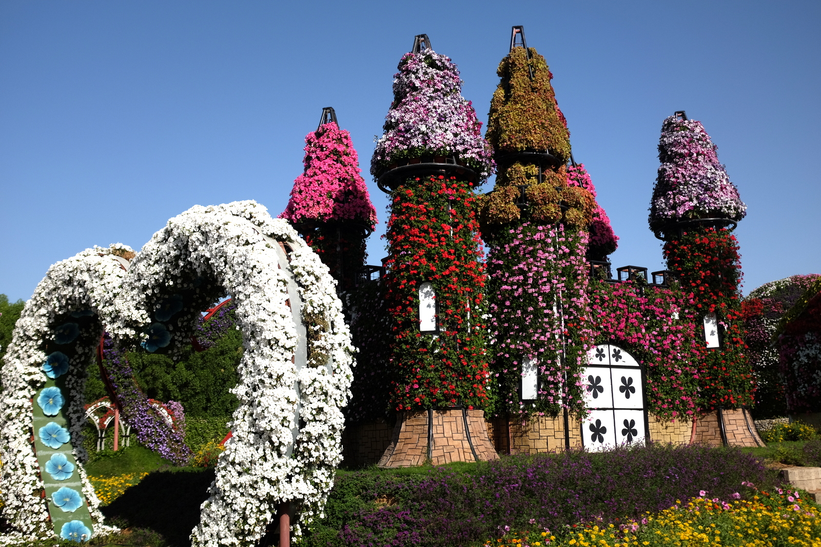 Dubai Miracle Garden - Heart and house
