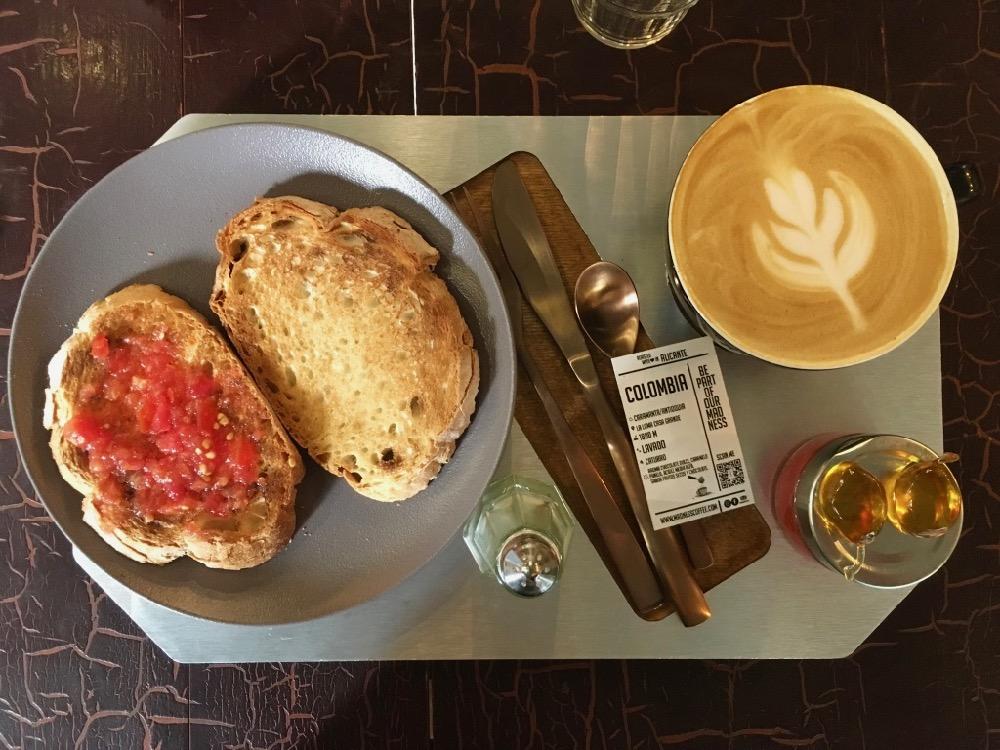 Snídaně v Madness Coffee Roastery