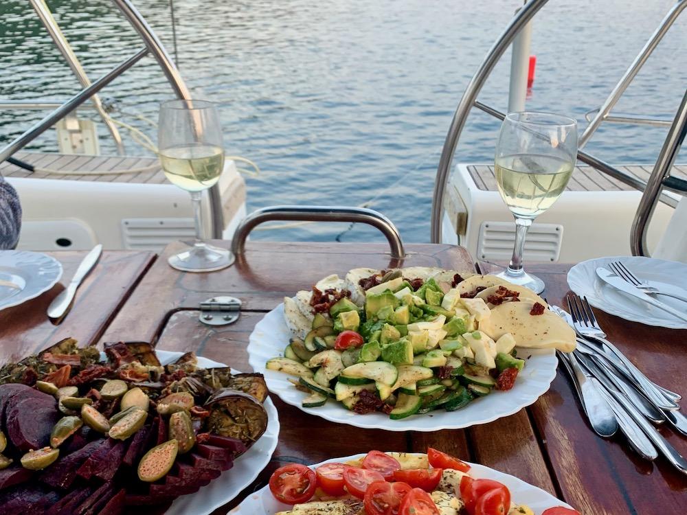 Večeře v Latovo na lodi